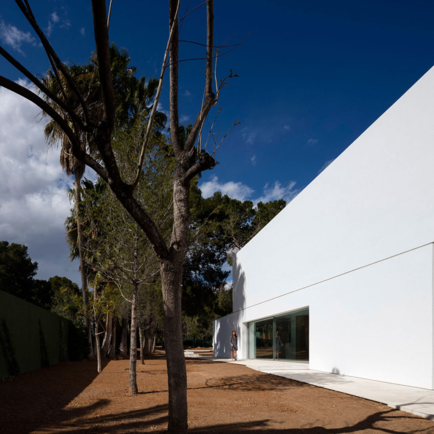 House in a Pine Forest by Fran Silvestre Arquitectos (10)