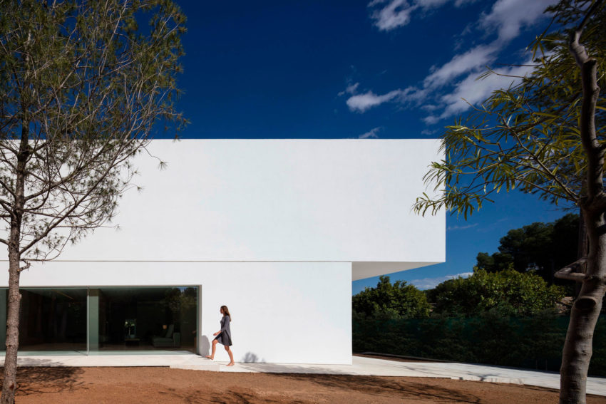 House in a Pine Forest by Fran Silvestre Arquitectos (11)