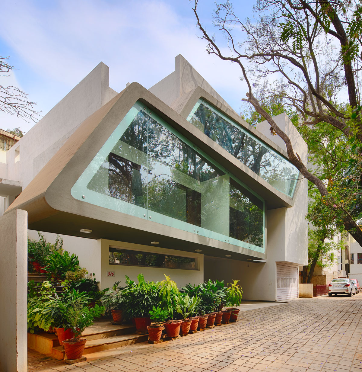 Architecture continuous designs a modern home in bangalore for Arch design indian home plans