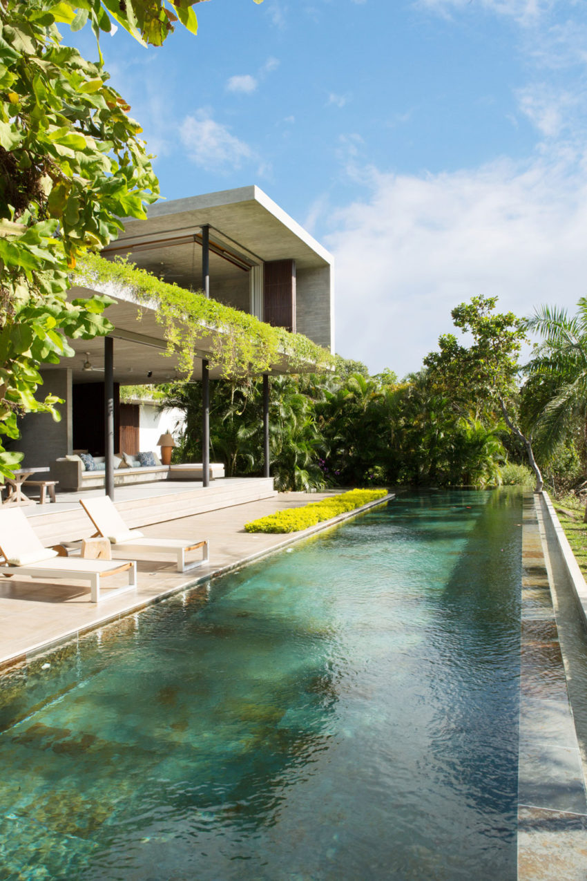 Alberto burckhard carolina echeverri design a tropical for Casa piscina