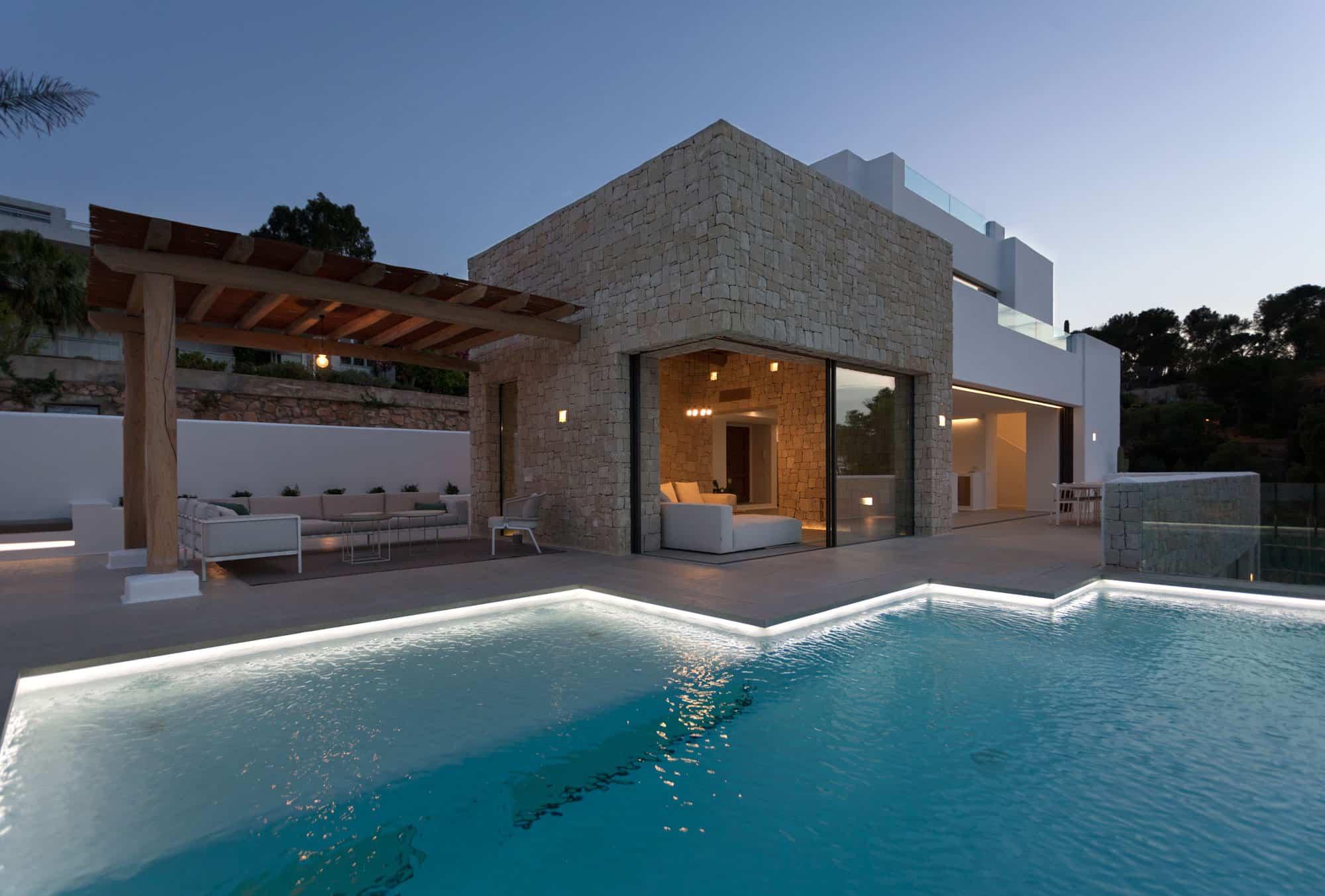 Antonio Altarriba Arquitecto Designs a Rustic Contemporary Home in Alicante, Spain