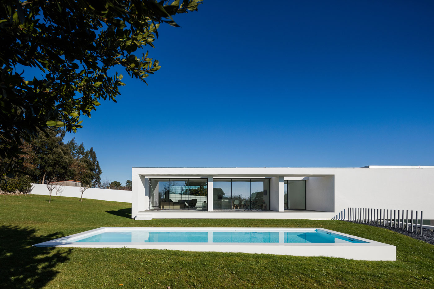A modern white home in touguinh portugal for Piscinas minimalistas