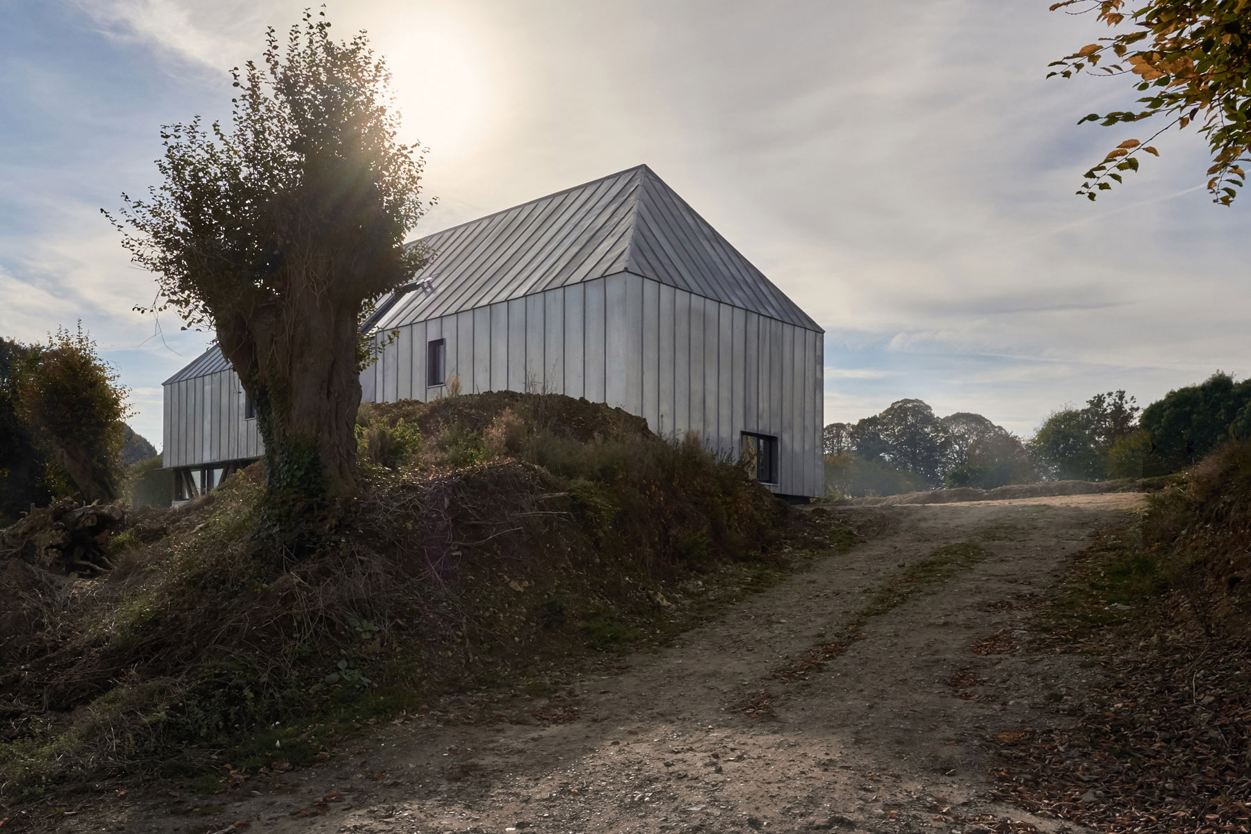 Antonin-Ziegler-covers-abandoned-barn-in-zinc-plates-02