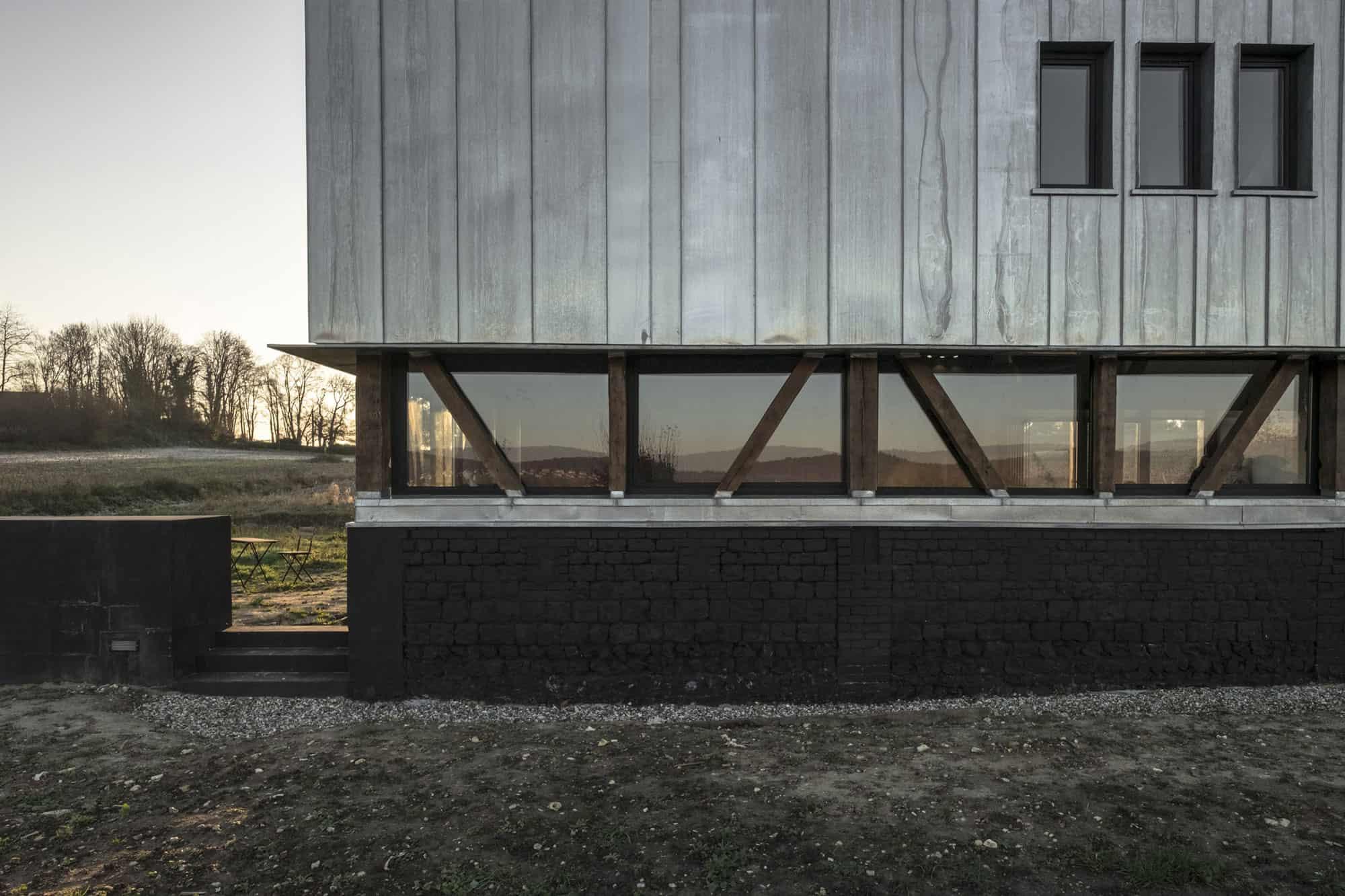 Antonin-Ziegler-covers-abandoned-barn-in-zinc-plates-03