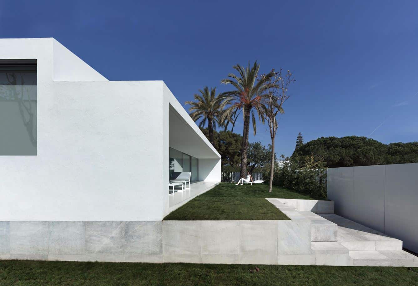Contemporary House Designed by the Spanish Firm Fran Silvestre ...