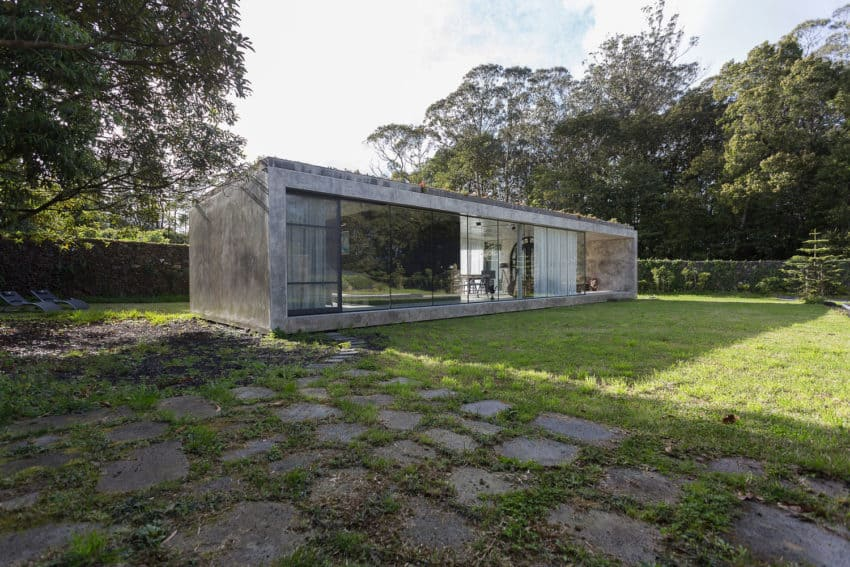 A concrete house designed by arco more in portugal for Concrete block construction homes