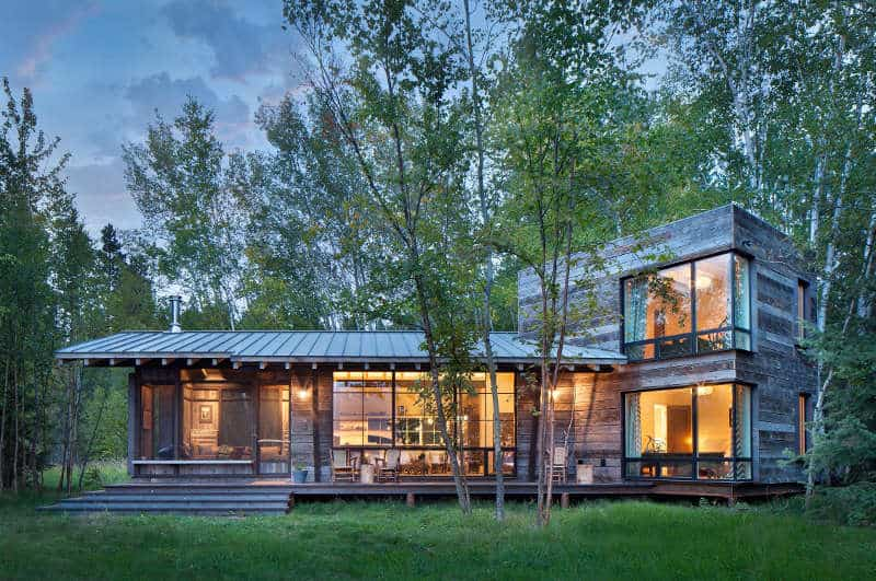 A Magnificent Log Cabin Located in the Mountains of Montana, USA, Invites us to enjoy Nature