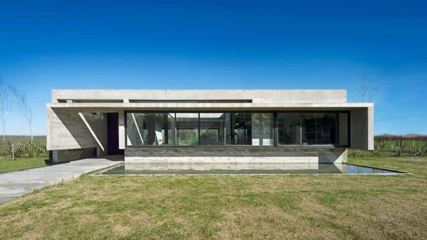 Spectacular concrete house surrounded by fields and vegetation for Concrete homes texas