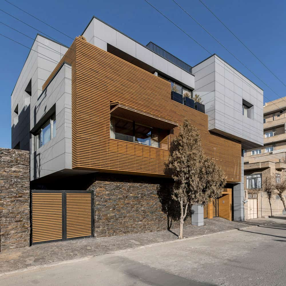 Located in an Area of Low Population, this House has Local Details that Offer Privacy