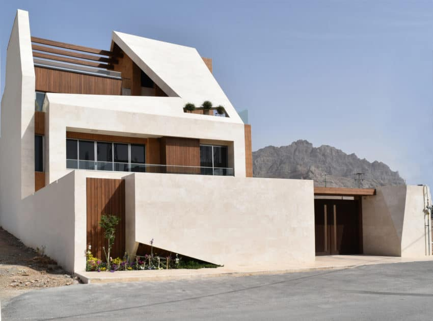 Modern Construction in Which the Yard Plays a Fundamental Role