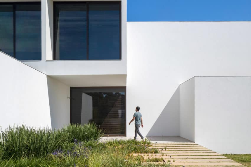 Bloco Arquitetos Creates The Stunningly Modular All White House Of Courtyards In Brasília
