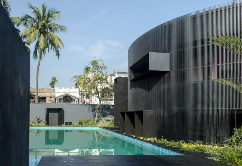 Stunning contemporary extension added to India's House of Sweeping Shadows by Abin Design Studio