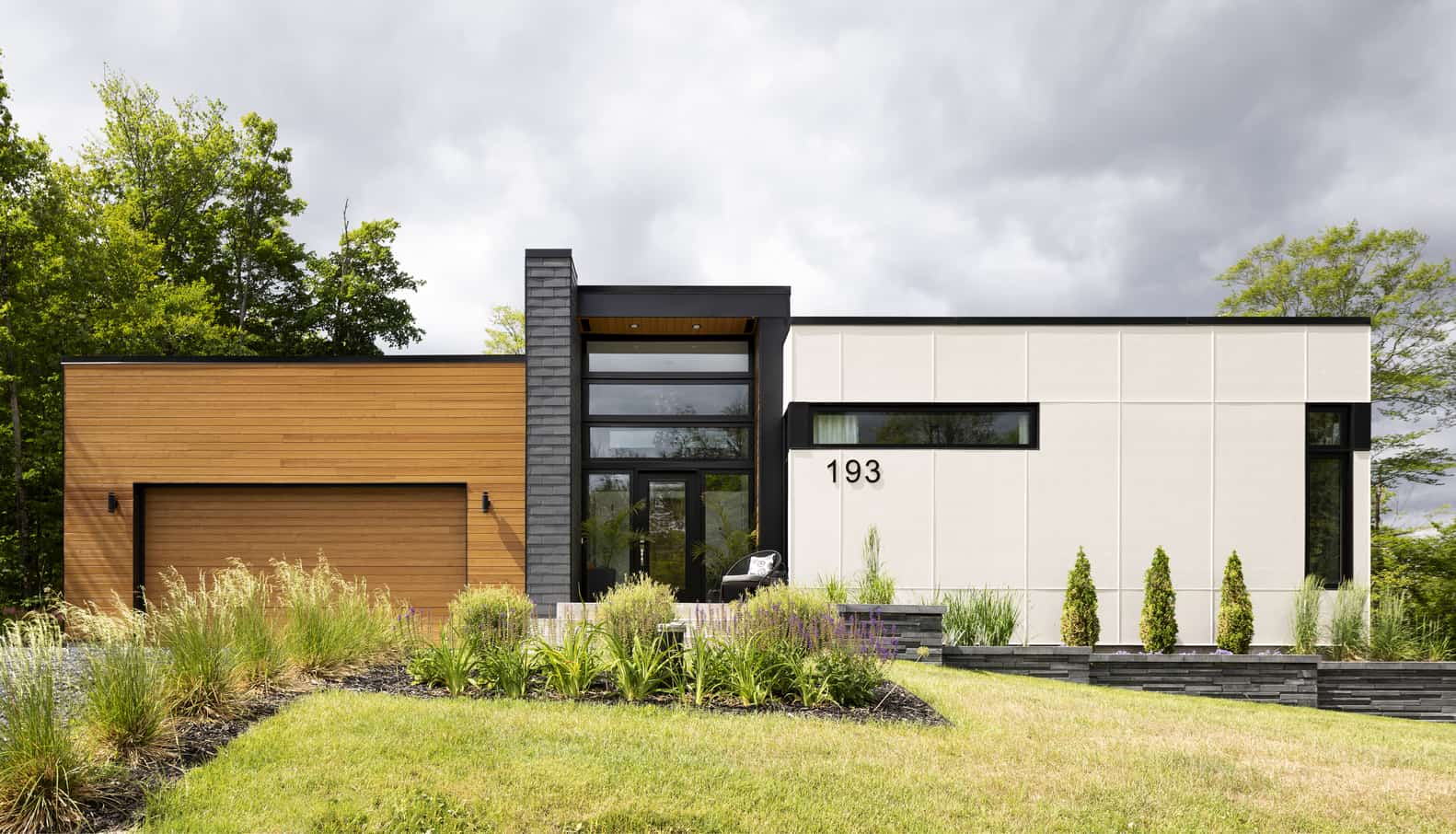 Résidence in Stoneham, created by PARKA by Architecture & Design, exemplifies modern cubic beauty in Canadian nature